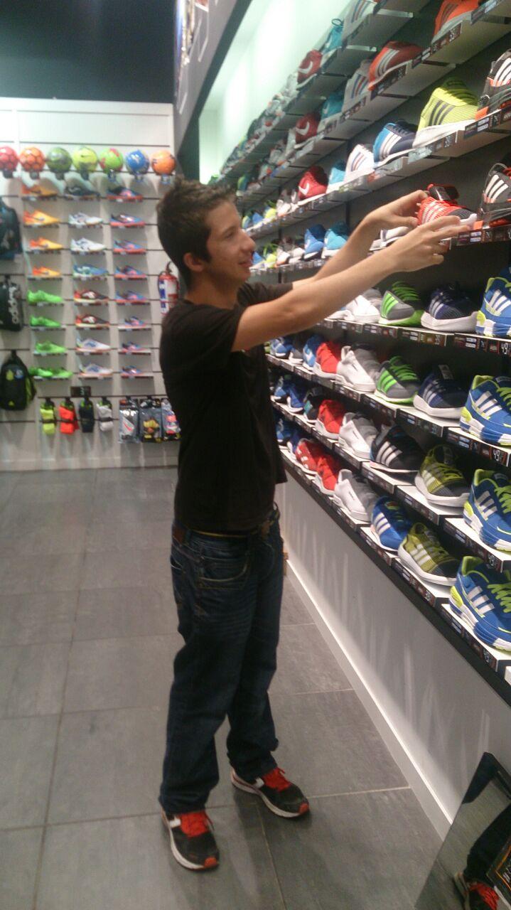 Diego Alvarez Se Forma Como Auxiliar De Tienda En El Establecimiento